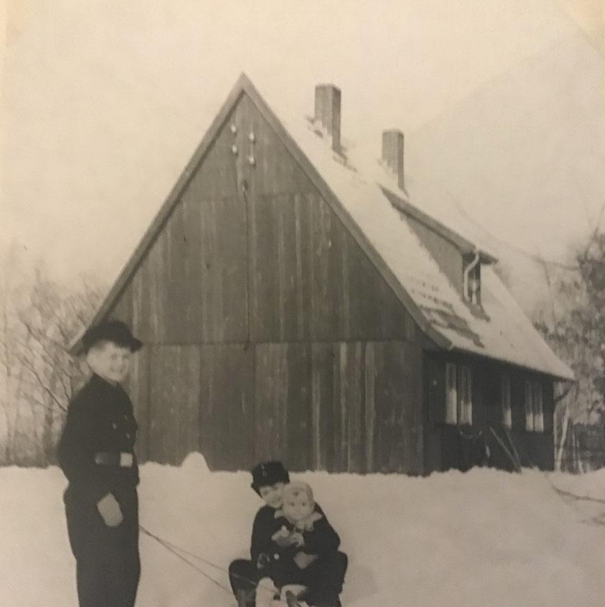 Das Holzhaus in Greven-Westerrode - Von links: Reinhold, Ernst-August und der kleine Peter
