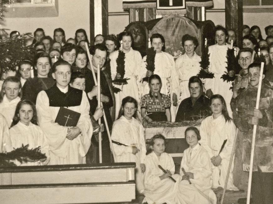 Weihnachten um 1950 - Karl-Wilhelm mit Gebetbuch im Vordergrund