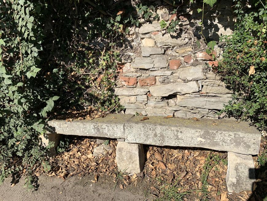 Steinerne Bank am Fuße der Stadtmauer
