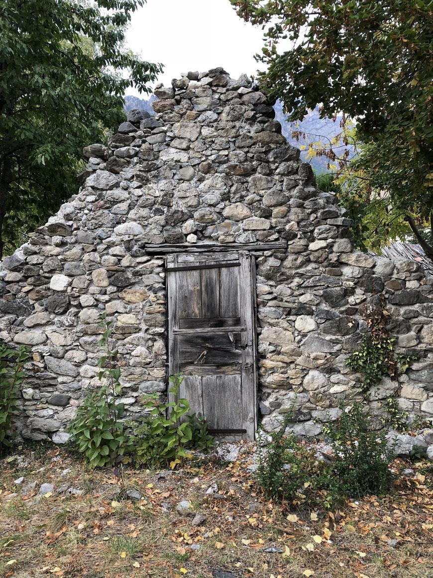 La forge de la Roche-de-Rame en octobre 2018. Cette porte se trouve derrière le foyer alors comment la comprendre ? ?