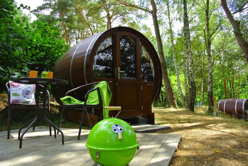 Schlaffass-am-See.de - Ein Schlaffass für Zwei: viel Komfort auf kleinstem Raum, der See vor der Tür und Sonnenuntergänge vom Doppelbett & der Terrasse aus