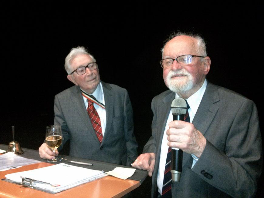 Farbenfest 2016: Hermann-Josef Schlösser und Günther Fincke (Kriegsabiturientia 1941) bei ihrem bewegenden und hinreißenden  Auftritt vor den Alt-Paulinern