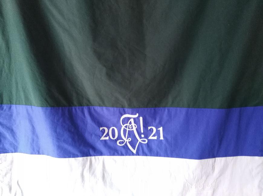 Die fertige Fahne; die beiden Krönchen als Anspielung auf die Corona-Zeiten im unteren Rand sind im Bild schwer erkennbar.