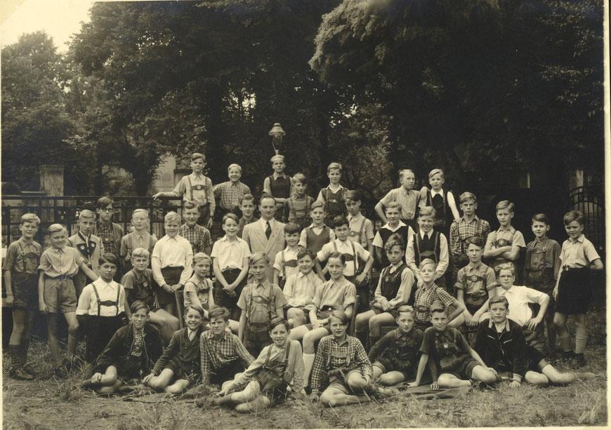 Klasse IV a von 1951 (mit dem Klassenlehrer Dr. Berg)