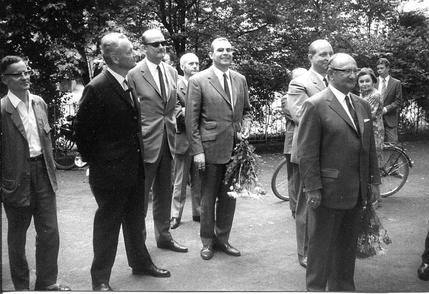 Der Siebener-Ausschuss mit Hans-Ludwig Uppenkamp (ganz rechts) begrüßt die Abiturientia 1969
