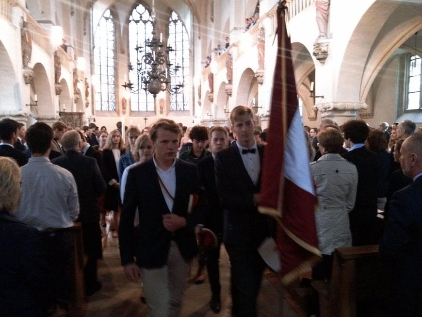Die Abiturientia verlässt die Petrikirche nach dem sehr ansprechenden Gottesdienst.
