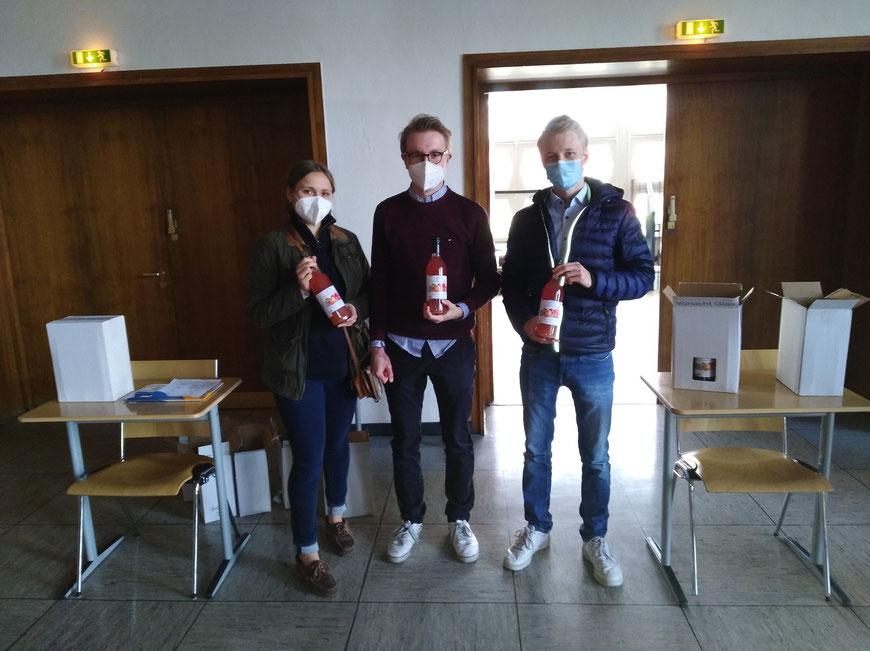"""Susanna, Christian und Johannes verteilten in der Aula den """"saftigen Gruß"""" der Altpauliner an die Abiturientia 2021"""