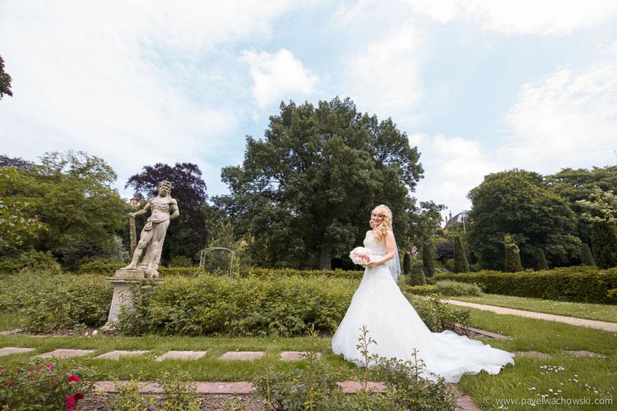 Braut und Statue Vegesack