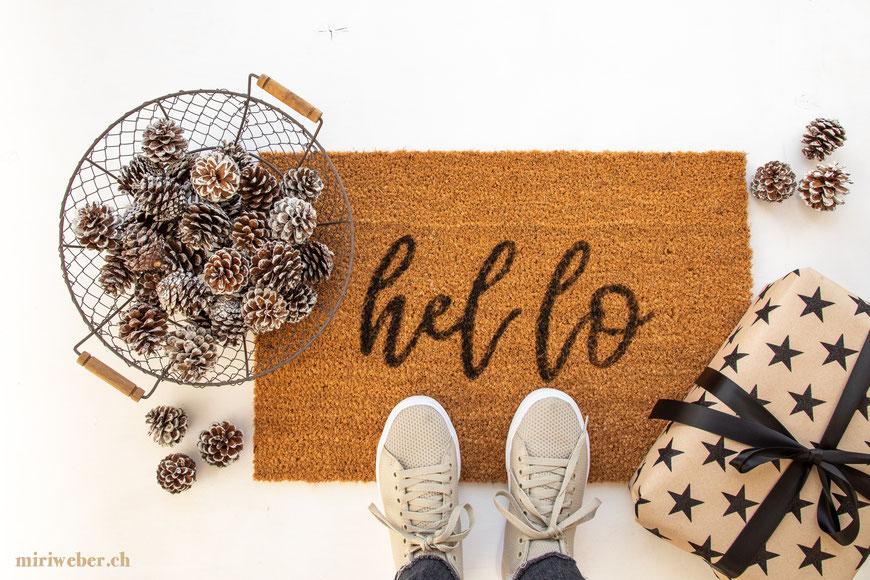 DIY Blog Schweiz, Kreativ Blog Schweiz, Geschenkidee, Basteln mit Kindern, Fussmatte beschriften, hello, Handlettering auf Teppich, Teppich selber machen, Teppich bemalen, Vorlage, Anleitung