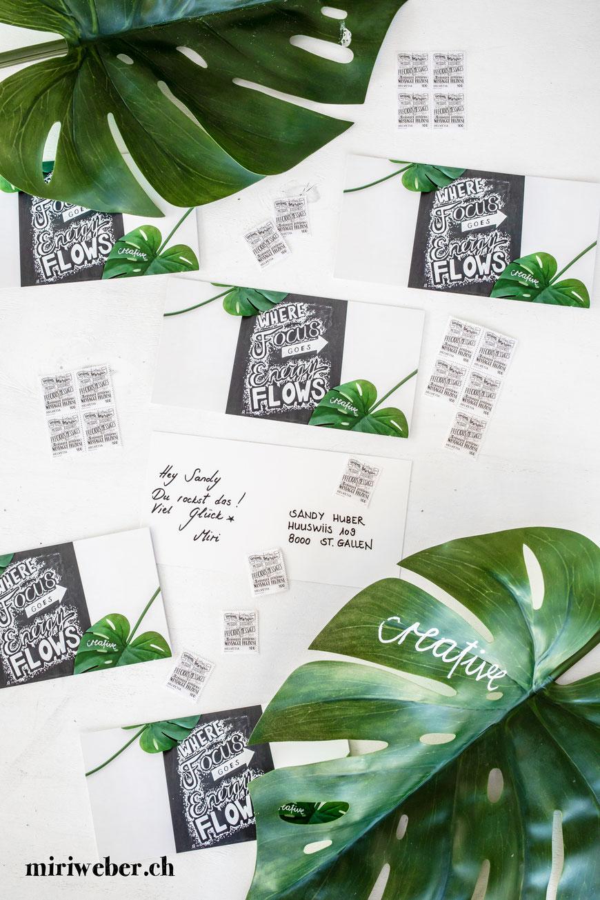 DIY Blog Schweiz, Schweizer Kreativ Blog, Lettering, Handlettering Briefmarken, wertvolle Botschaften, Handlettering, Kalligraphie, Lettering Briefmarken, Schweizerische Post, Postkarte, reasons2write, 2019, Blog, Content Creation, Chalk Wall, Kreidetafel