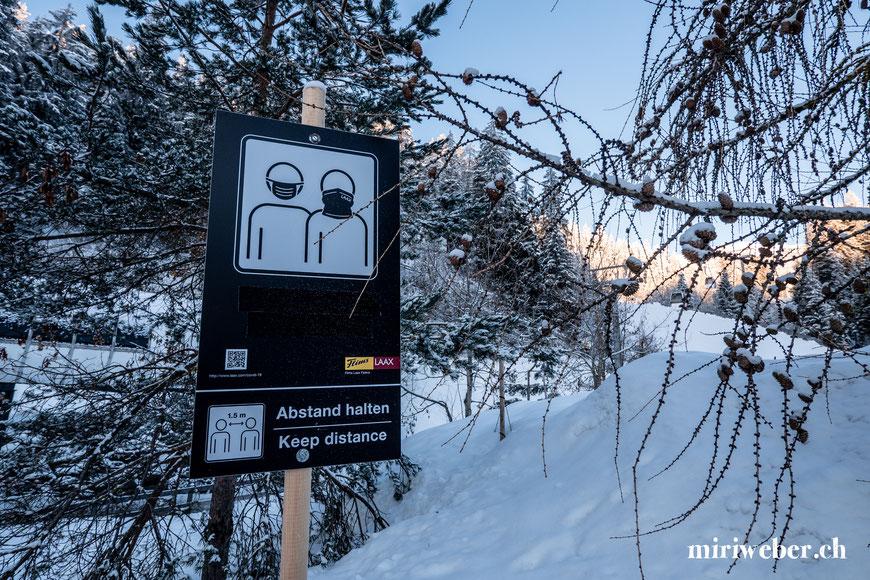 Corona Sicherheitskonzept im Skigebiet, Flims, Laax, Talstation, Bergbahnen, Skifahren, Pistenplan, Gondel, Seilbahn, Winter, Skigebiet