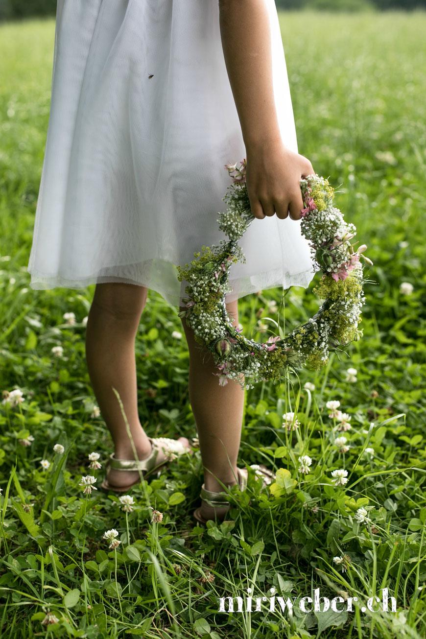 DIY Blumen Haar Kranz, Blumenkranz selber machen, einfach, Anleitung mit Video, Sommerblumenkranz, Kranz binden, schnell, DIY, Kreativ Blog Schweiz, Schweizer Kreativ Blog