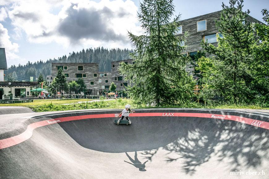 Rocks Resort, Skateboarding, Skateboard, Skatepark, Laax, Schweiz, Graubünden, Urban Surf Wave, Skatewave, Surf Skateboarden, Flims, Ferien im Sommer, Berge, Rocks, Talstation Laax, Skate Bowl