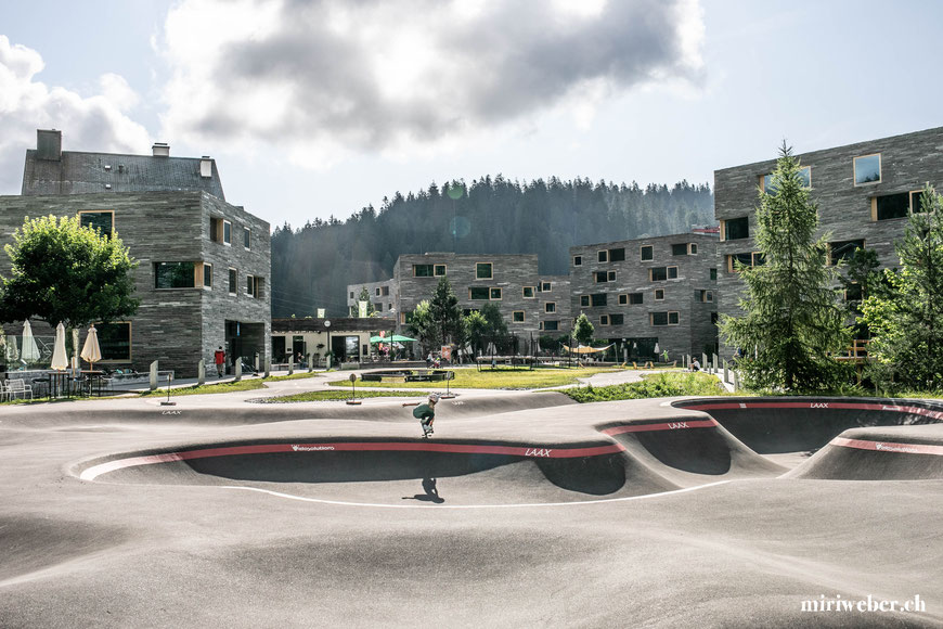 Rocks Resort, Skateboarding, Skateboard, Skatepark, Laax, Schweiz, Graubünden, Urban Surf Wave, Skatewave, Surf Skateboarden, Flims, Ferien im Sommer, Berge, Rocks, Talstation Laax, Ferien