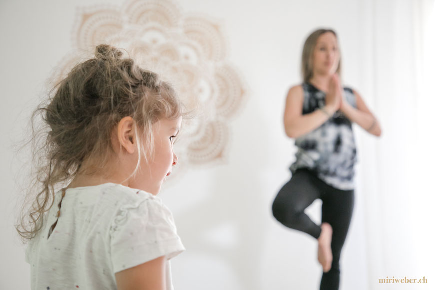 lineup Yoga, St. Gallen, Yoga Studio St. Gallen, kreatives Portrait Shooting, Schweizer Business Fotografin, Bild Idee, Yoga, Position, Kids Yoga