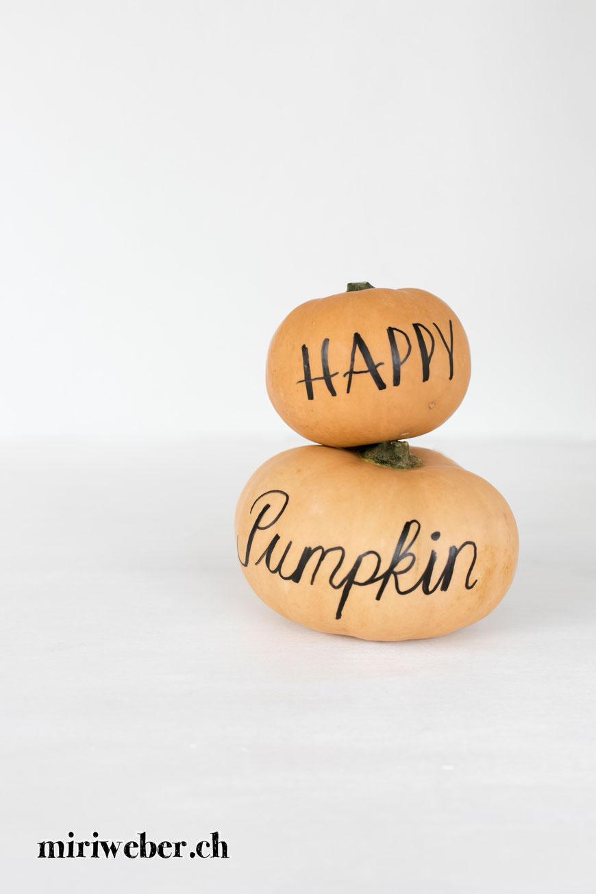 Kürbis Deko, Kürbis Lettering, Deko Inspiration, Basteln mit Kindern, Lettering auf Kürbis, Herbst Lettering, Pumpkin Lettering
