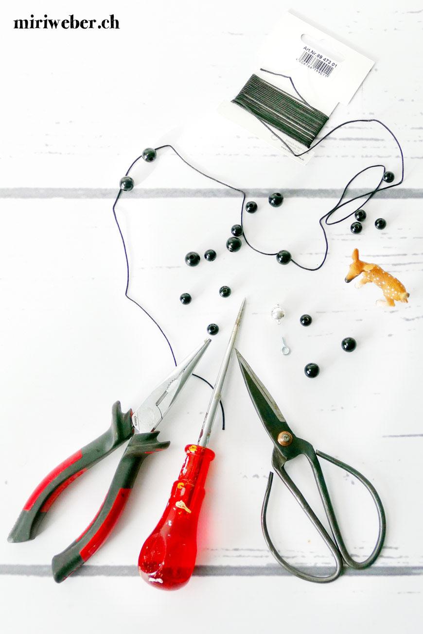 Schleich Tiere, Kette, selber machen, DIY, Schleichtierkette, basteln mit Schleichtieren, Kinderschmuck, Anleitung, Schmuck selber machen, Basteln mit Kindern, Geschenkidee
