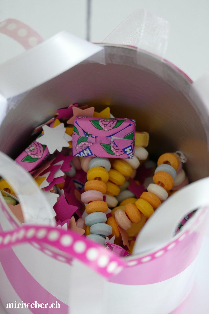 Hello Kitty Party, Kinder Geburtstag, Idee, Themenparty, Mädchen, 5 Jahre, 4 Jahre, Hello Kitty Cakepops, Spielideen, Hello Kitty Food, Tischbombe selber machen, DIY, Idee, Pirat, Hello Kitty Pirat, Mama Blog, Mami Blog Schweiz, Familien Blog Schweiz