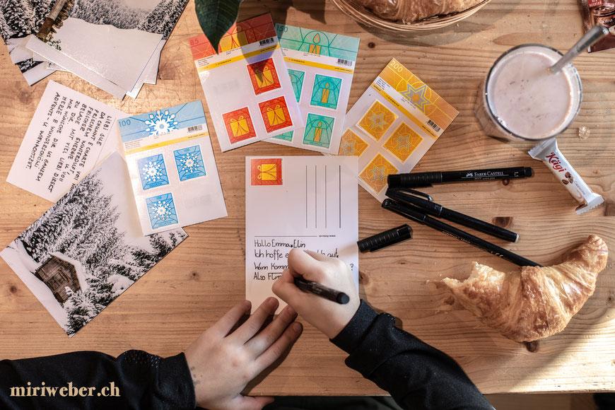 Weihnachtskarte, Weihnachtsbriefmarke, Weihnachtspost, swisspost, Karte schreiben, Handlettering, Winterkarte, Winterwunderland, Postkarte, reasons2write, die Post, Familienblog, Schweiz, Helvetia, Briefmarke, Schneestern, Manuel Ort