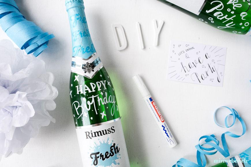 Lettering auf Flasche, Geschenk, Idee, Inspiration, Happy Birthday, selber machen, schreiben auf Flasche, message on a bottle, Glas Stift, Kreativ Blog Schweiz, DIY Blog Schweiz, Content Creator, Bastel Blog Schweiz