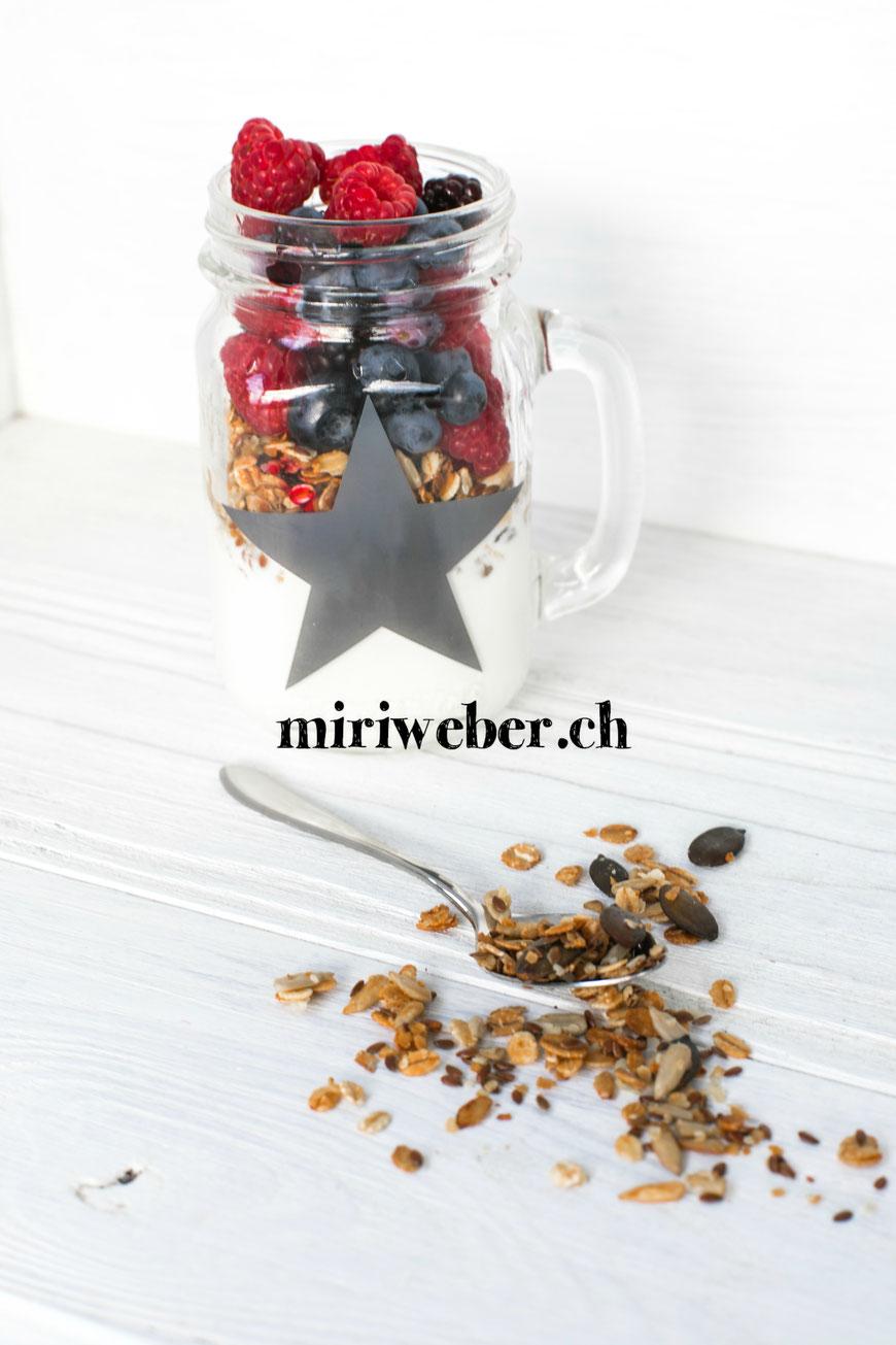 Swiss Müesli, homemade Granola, Rezept, Beeren Müesli, Granola Rezept, gesundes Frühstück, swiss milk, Milch,  gesundes Rezept, Foodblog Schweiz, Content Creator Schweiz, Schweizer Food Blog