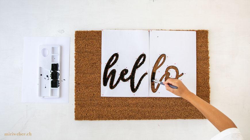 Hello, Handlettering, Schablone, selber machen, DIY Blog Schweiz, Schweizer DIY Bloggerin, Fussmatte selber beschriften, DIY Fussmatte, Türvorleger, Teppich, Handlettering, bemalen, basteln, Geschenkidee, Basteln mit Kindern, Familienblog Schweiz