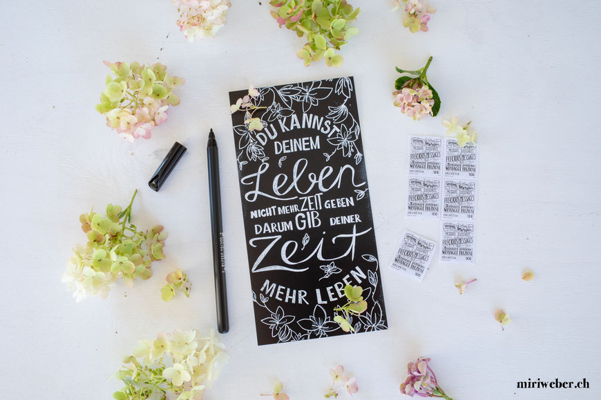 DIY Blog Schweiz, Schweizer Kreativ Blog, Lettering, Handlettering, wertvolle Botschaften, Handlettering, Kalligraphie, Lettering Briefmarken, Schweizerische Post, Postkarte, reasons2write, 2019, Blog, Content Creation, Chalk Wall, Kreidetafel