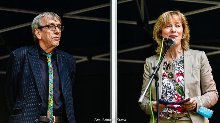 Die OB'in Karin Welge und der Veranstalter Helmut Warnke bei der Eröffnungsrede
