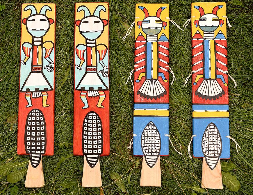 Anja Mattenklott: Nachbildungen von Hopi-Tanzbrettern, 2021, je 9,5 cm x 53 cm, Gouache, Pigmente auf Holzbrettern, Baumwollfaden