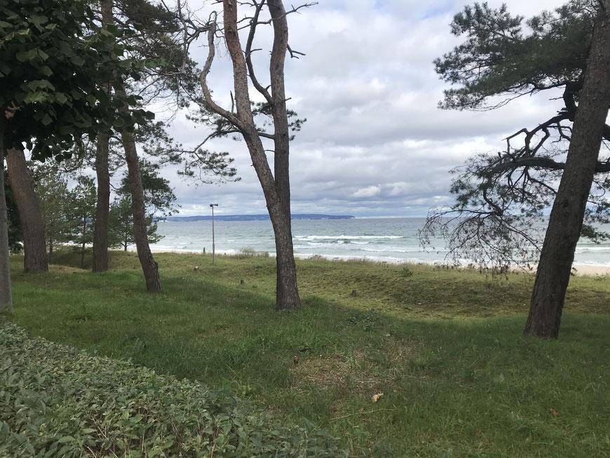 Blick vom Strand auf die aufgewühlte See