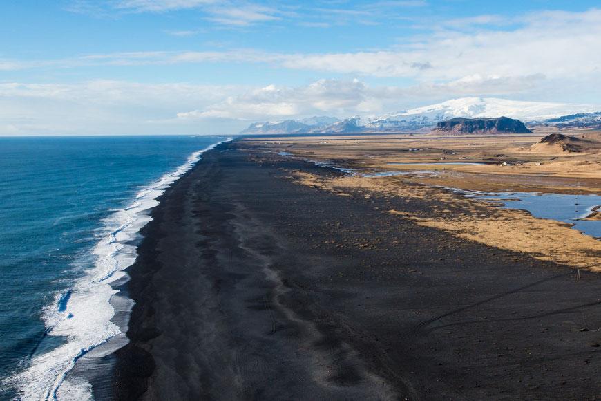 Schwarzer Lavastrand im Südosten von Island