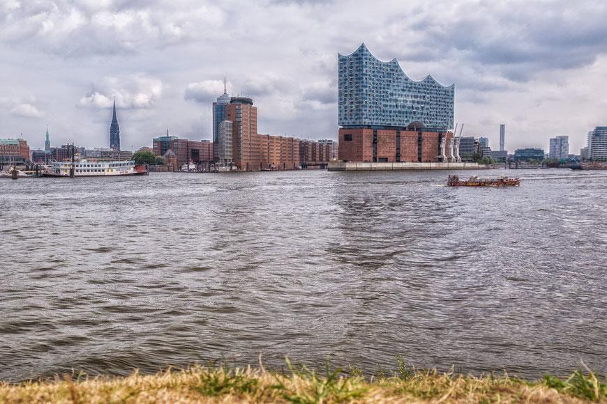 Blick über die Elbe auf die Elbphilharmonie