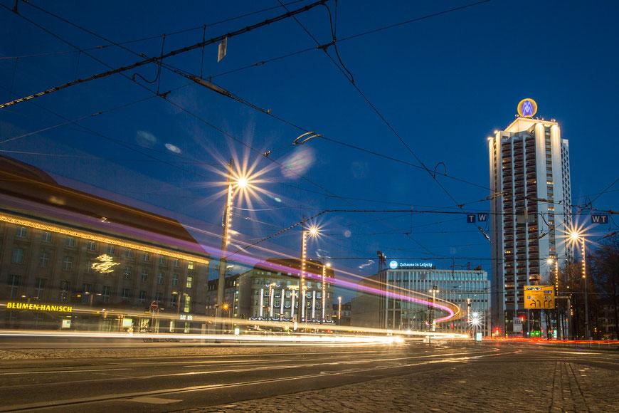 Langzeitbelichtung mit Lichtziehern am Bahnhof Leipzig