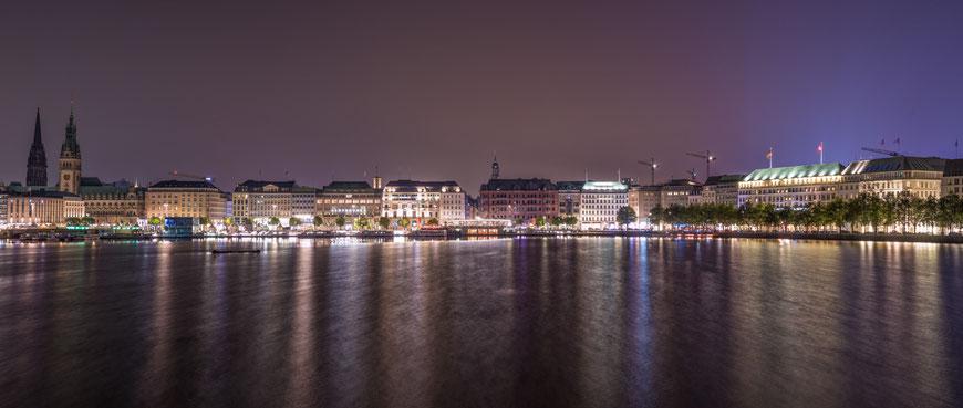 Hamburgs Innenalster nach Einbruch der Dunkelheit