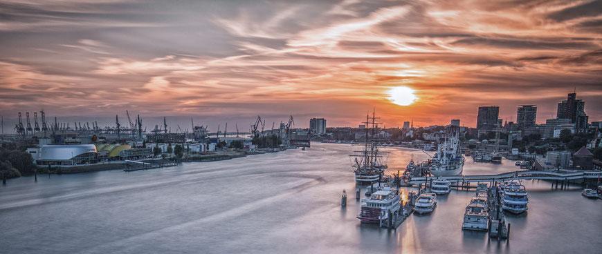 Blick auf den Hamburger Hafen bei Sonnenuntergang