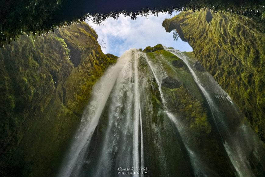 Gljúfrabúi Wasserfall stürzt in die Schlucht