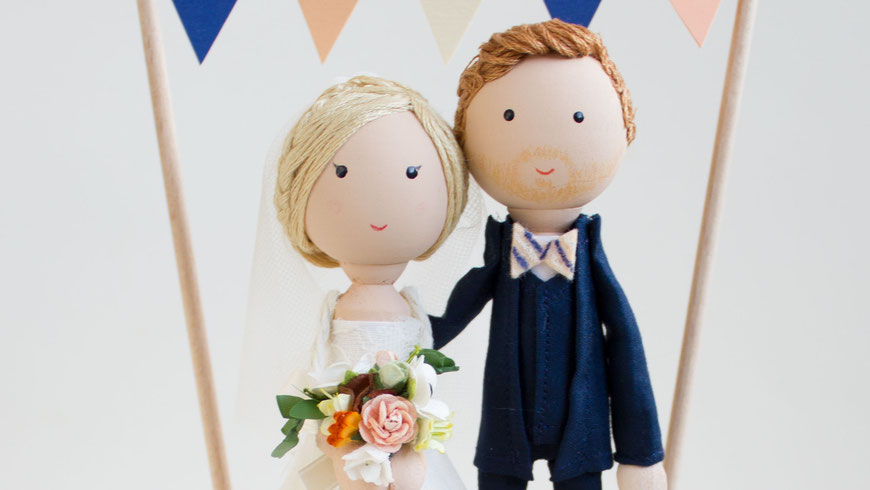 Heiratsfiguren aus Holz an den Look des Brautpaares angepasst