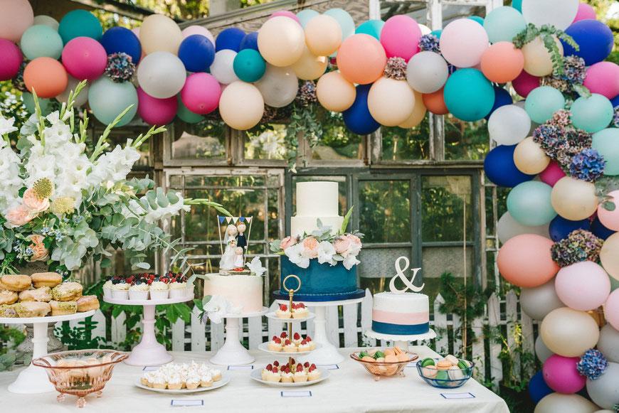 Sweettable mit Hochzeitstorten in verschiedenen Größen mit personalisierten Hochzeitsfiguren