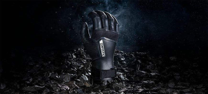 Extrem warme Handschuhe mit gebogenen Fingern für entspannte Unterarme hier bei WindSucht, Mystic Marshall Glove 3mm
