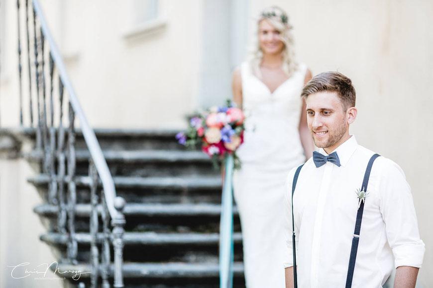 Das Bild legt den Fokus auf den Mann. Auf seine Emotionen die er hat, bevor er seine Braut zum ersten Mal sieht.