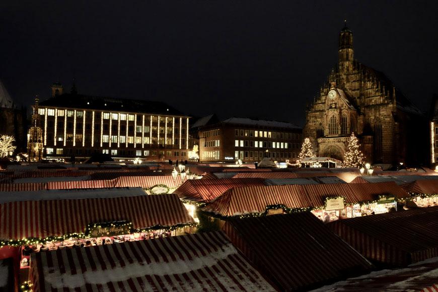 Рождественский рынок на главной площади Нюрнберга