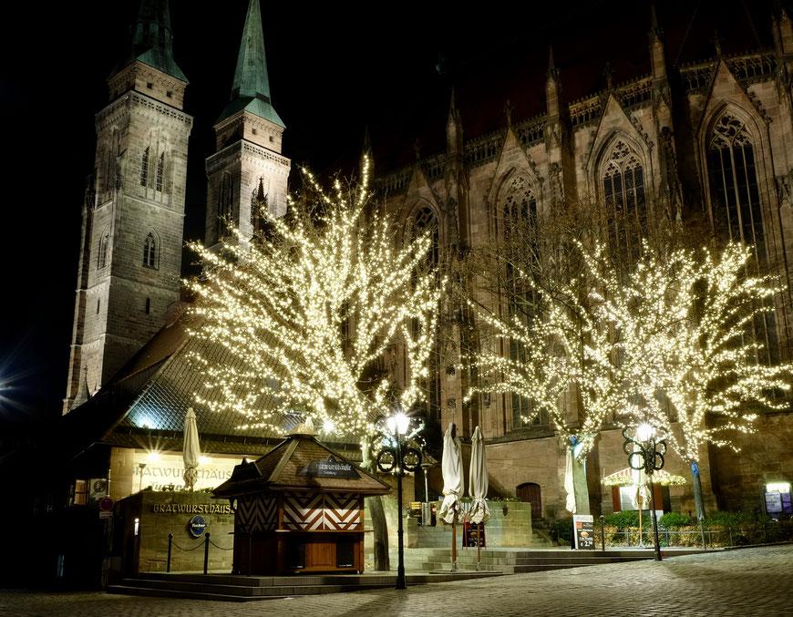 Рождественский рынок в Нюрнберге, вид на церковь святого Себальда