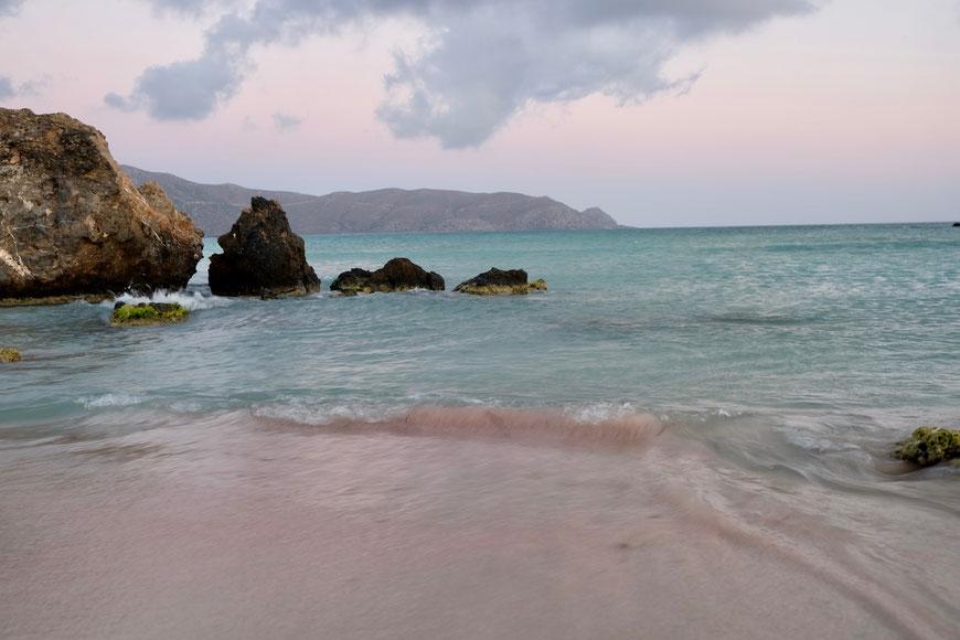 розовый песок на пляже Элафониси Крит