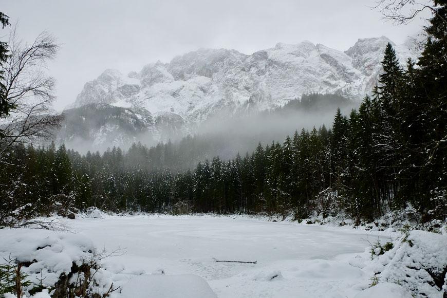 Вид на Цугшпитце Zugspitze с озера Айбзее Eibsee