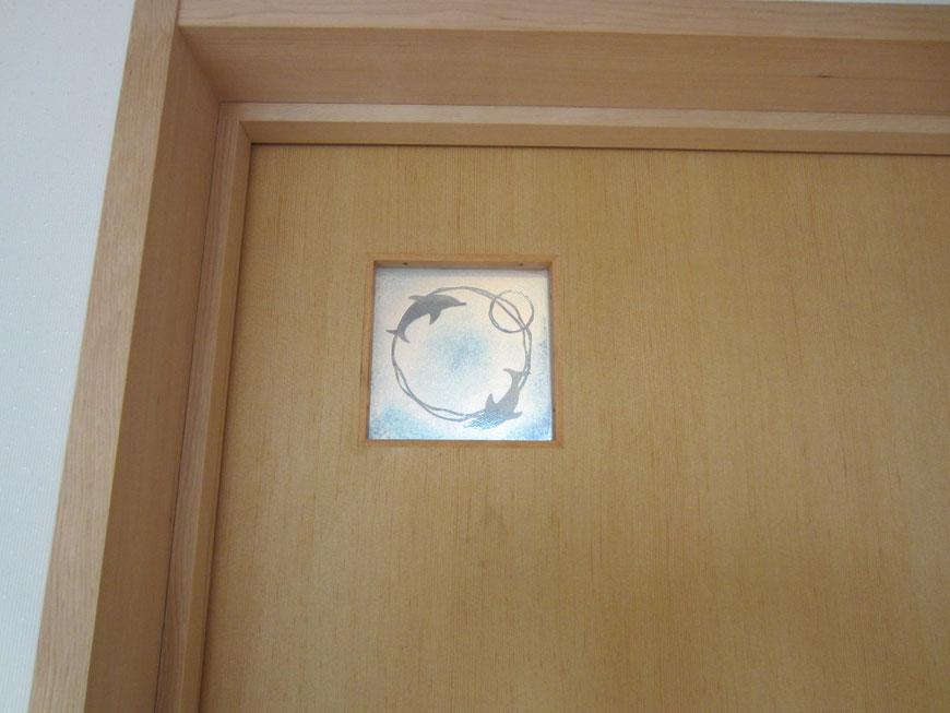 子供室の扉の明かり確認窓