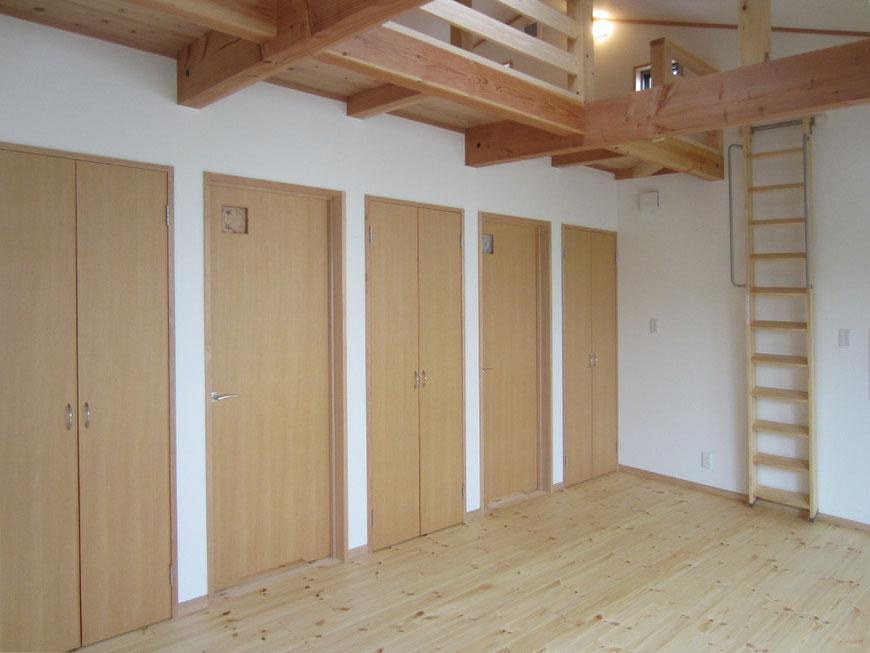 三室に分割できるようにドアは三つあり、収納も三つあります