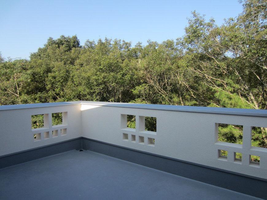 湖畔に面する屋上テラス