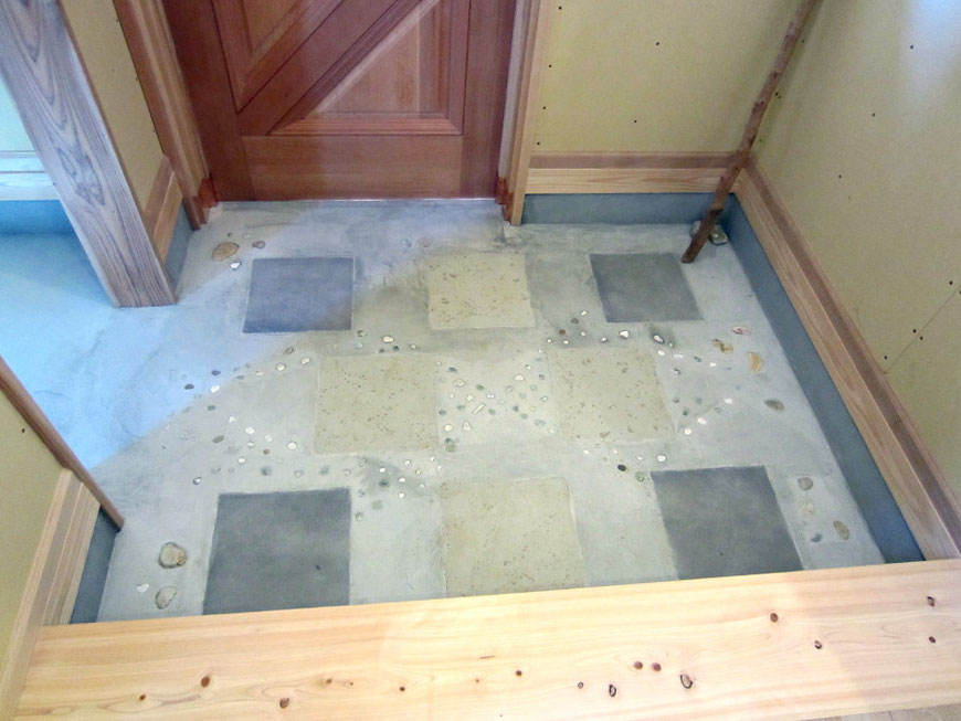 床のタイル貼りとビー珠の埋込みは施主さんの施工