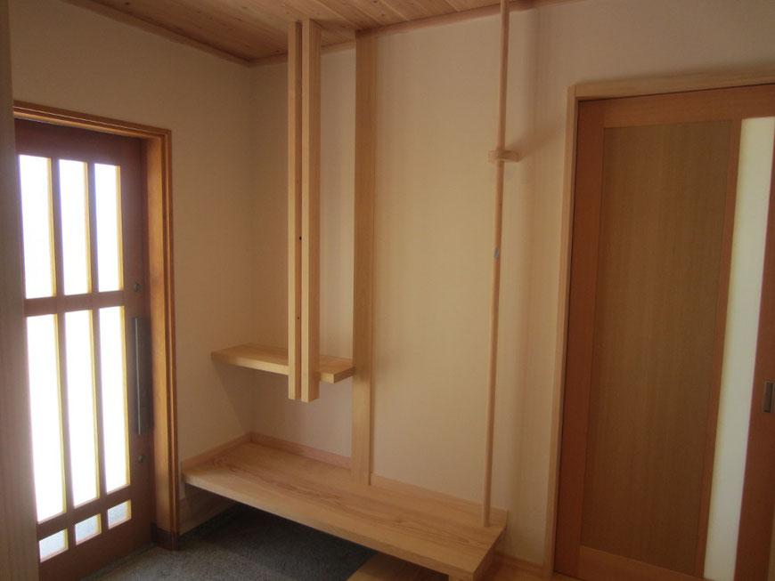 玄関ホールのベンチと飾棚