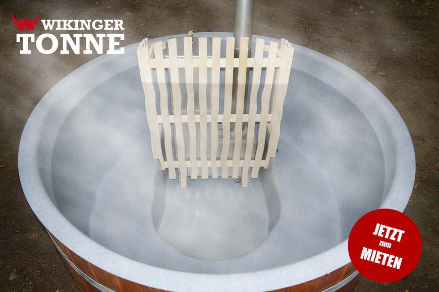 Die WIKINGER TONNE ist mit einem hygienischem Kunststoff Pool-Einsatz ausgestattet und wird selbstverständlich nach jedem Gebrauch vollgereinigt.